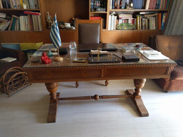 Χειροποίητο Γραφείο από ξύλο καρυδιάς σκαλισμένο στο χέρι, μαζί ξύλινη σε Αθήνα