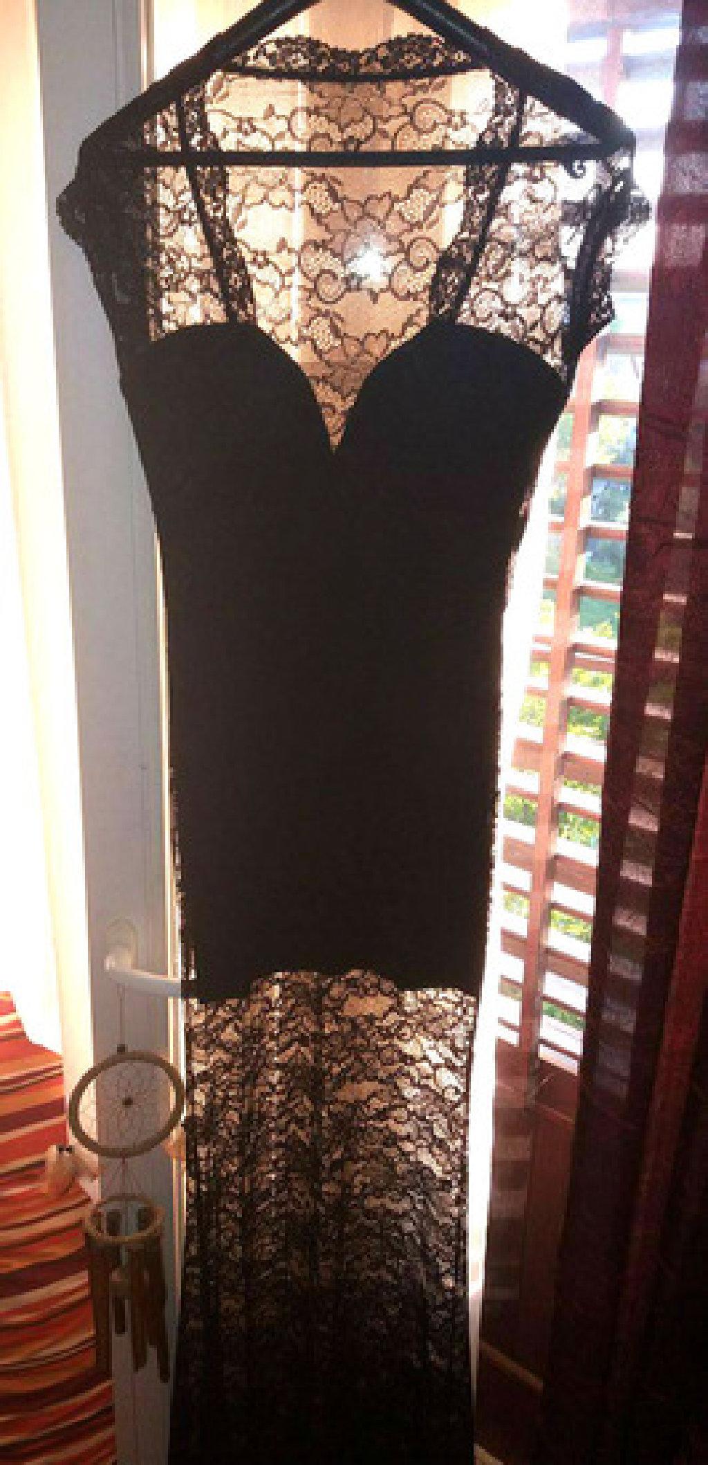 Svecana haljina od cipke, sa postavom ispod do iznad kolena kao sto se vidi na slikama, rastegljiva,  kupljena u jednom italijanskom butiku, cena je stvarno simbolicna, placena je 100e, jednom obucena samo, ocuvana kao nova