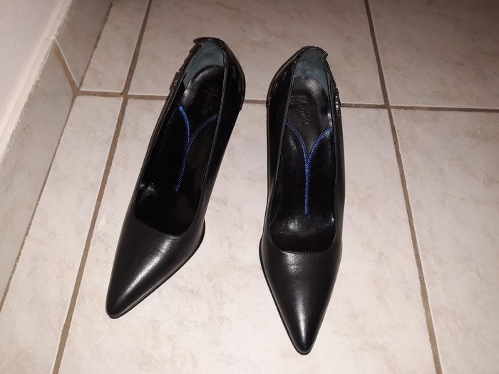 MONTANA Μαύρη Γόβα No 37,δερμάτινη καινούργια με δέρμα στη σόλα, στο εσωτερικό και πάνω μέρος του παπουτσιού
