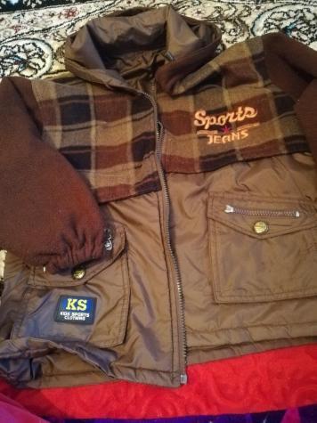 Осенняя двухсторонняя куртка, возраст 6-8лет,состояние хорошее, проблема с замком, цена 300сом