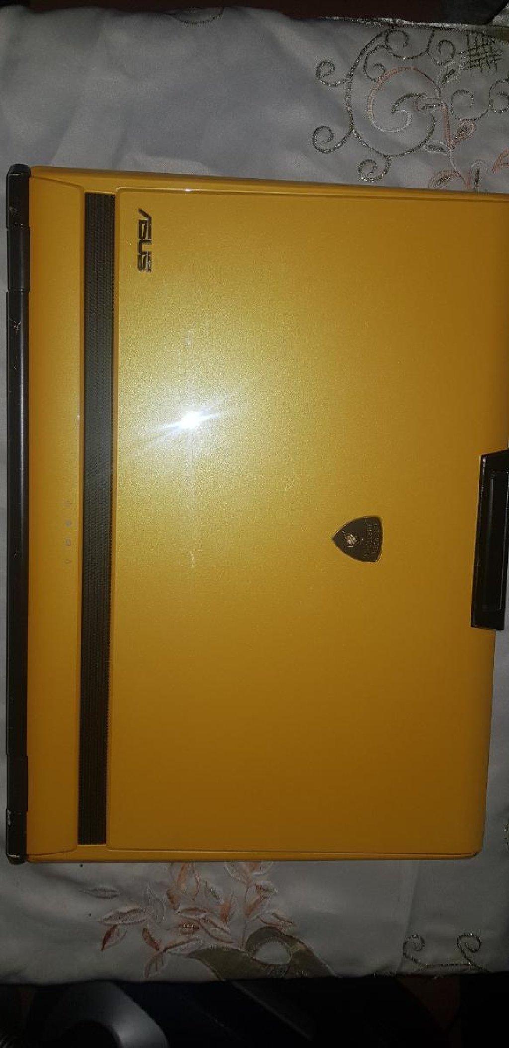 Asus lamborghini laptop žute boje iznad i ispod testatura nalazi se koža animacije, materijal:alkantare
