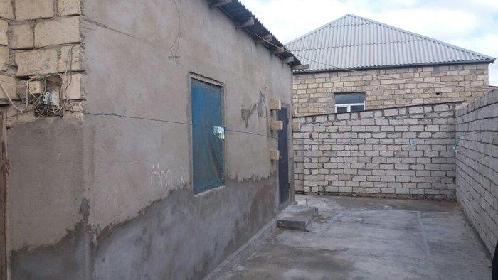 Bakı şəhərində Mehemmedlide sirniyyat fabrikinin arxasinda 1 sotda 2 otaqli ev