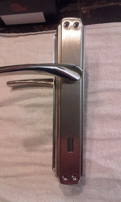 Kvake za vrata su metalne sa oprugom odlicnog kvaliteta u kompletu su - Jagodina