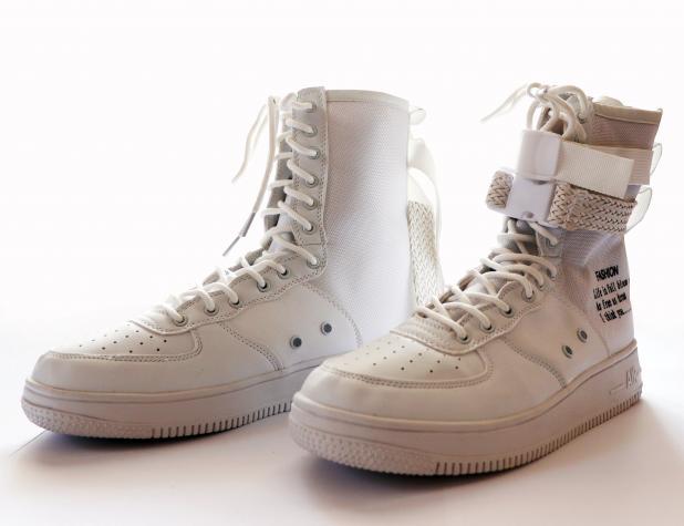 Новые стильные мужские кроссовки белого цвета