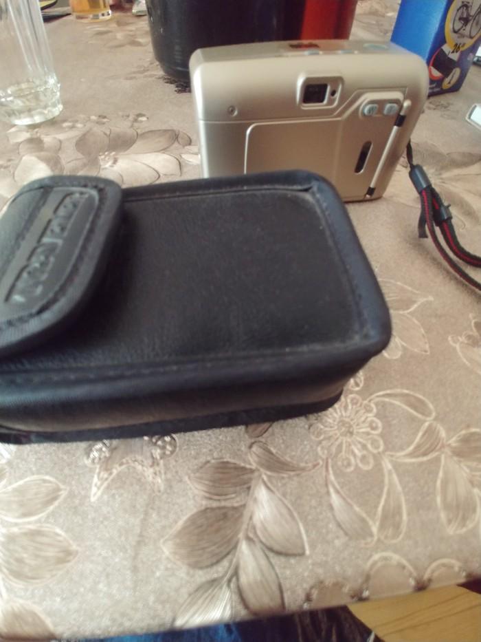 Fotoaparat almanyanin cantasida ustunde hediyye verilir alana. Photo 1