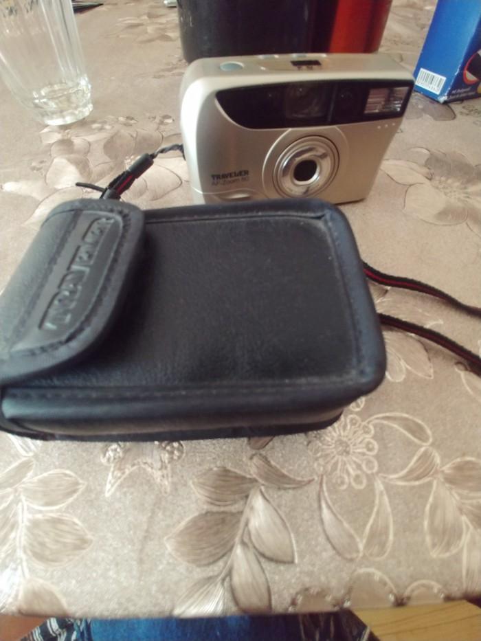 Fotoaparat almanyanin cantasida ustunde hediyye verilir alana. Photo 0