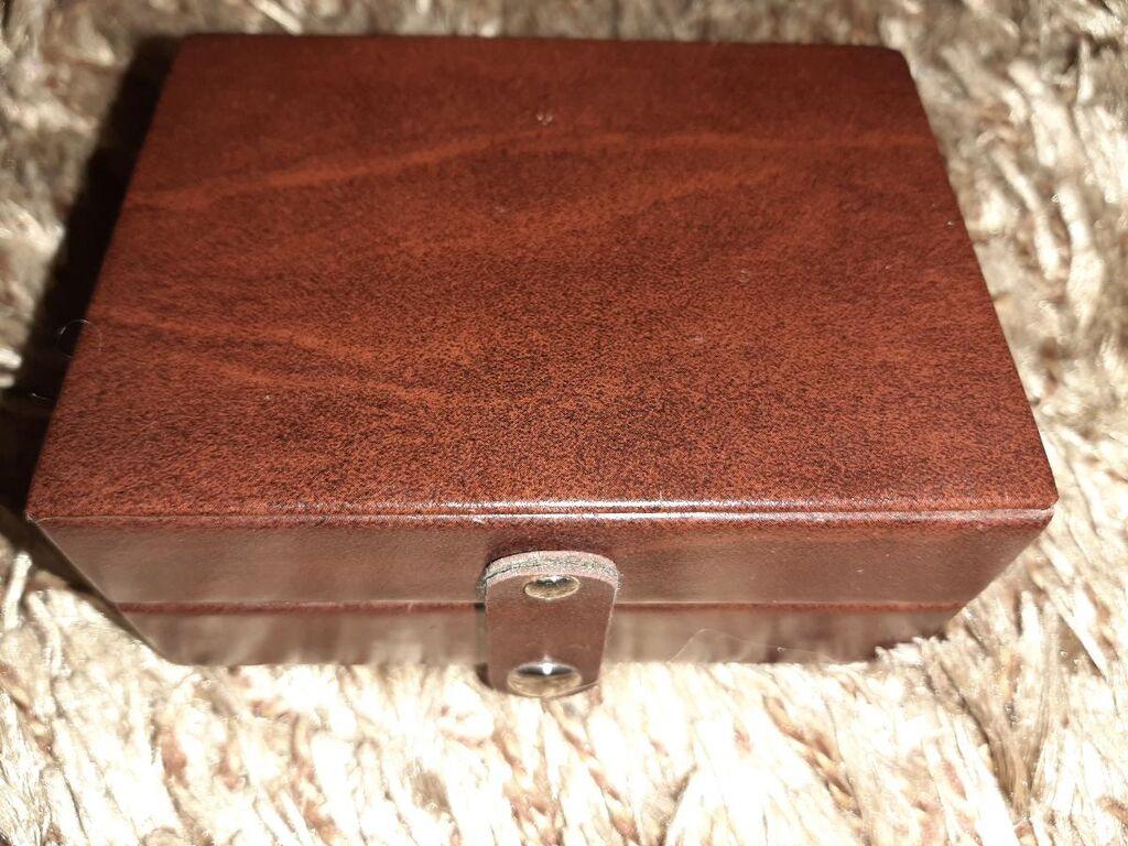 Μικρό καφέ κουτάκι για κοσμήματα με λουράκι με κουμπί μπροστά και μέσα επένδυση με μπεζ velvet ύφασμα