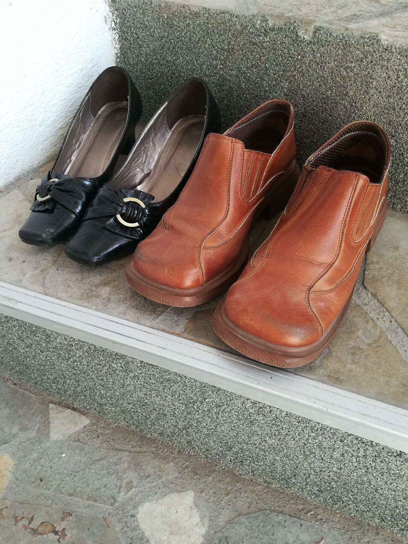 Dva para kožnih cipela, jedne sportske braon (vel 38, duž gazišta 23,5 cm) i jedne elegantne (vel 39, duž gazišta 25 cm, takav model malo izdužen)