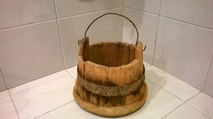 Παλιά ξύλινη καρδάρα για το γάλα σε Αθήνα