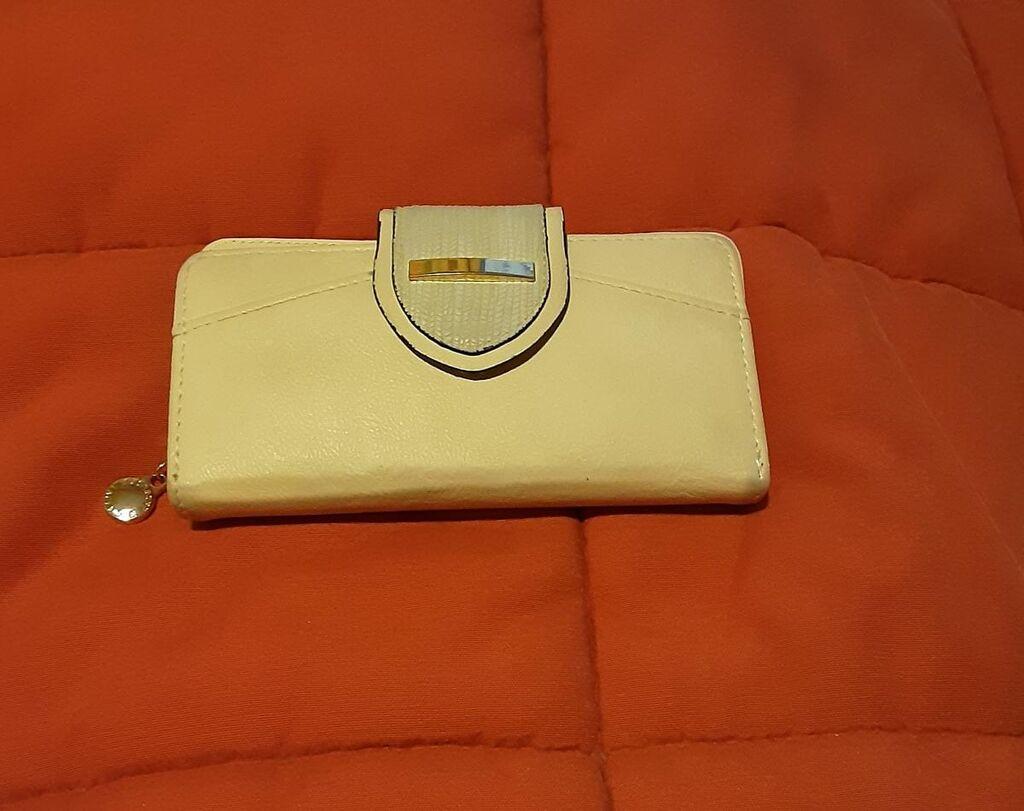 Πορτοφόλι, έχει  θήκες για χαρτονομίσματα, ψιλά, ταυτότητα, δίπλωμα, κάρτες κλπ