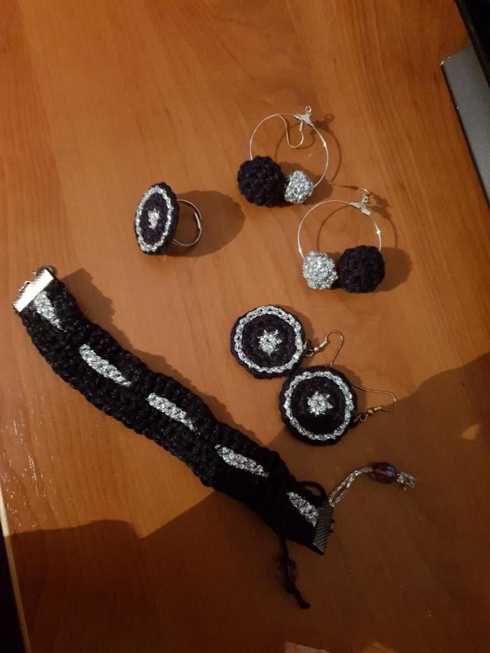 Καινούργιο χειροποίητο πλεκτό σετ, αποτελούμενο από: βραχιόλι, δακτυλίδι, καρφίτσα και 2 ζευγάρια σκουλαρίκια