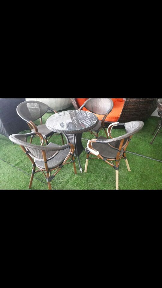 Masa 've oturacaqlar. Photo 0
