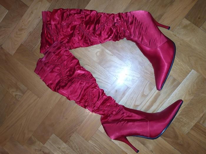 Crvene cizme od satena sa cirkoncicma unikatne nosena jedan put