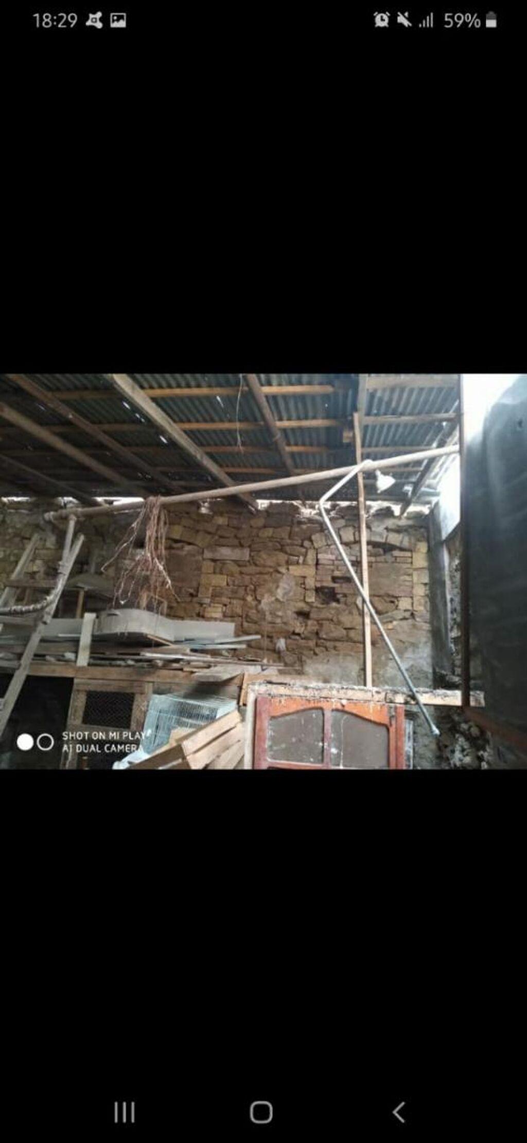 Həyət 1 sotdan çoxdu evin eni 8 m uzunluğu 10 m dir