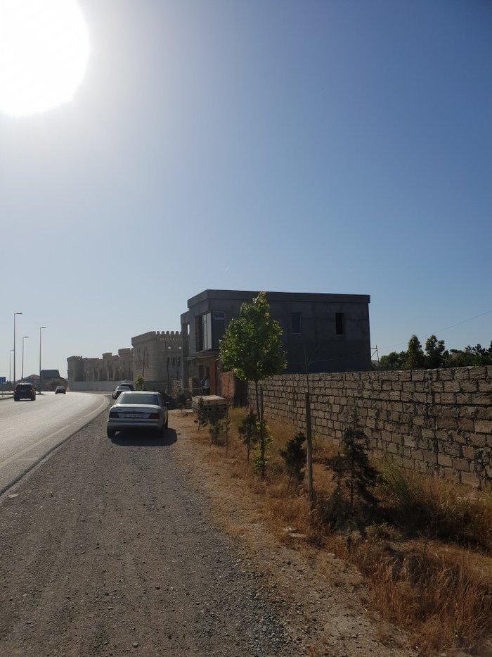 Bakı şəhərində Yeni Qosha Qalanin yaninda ( yol kenari padabyekt ) yerleshir.denize