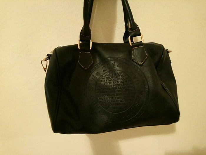 Ευρύχωρη τσάντα τύπου δερμάτινη με Λουράκι στο πλάι. Photo 2