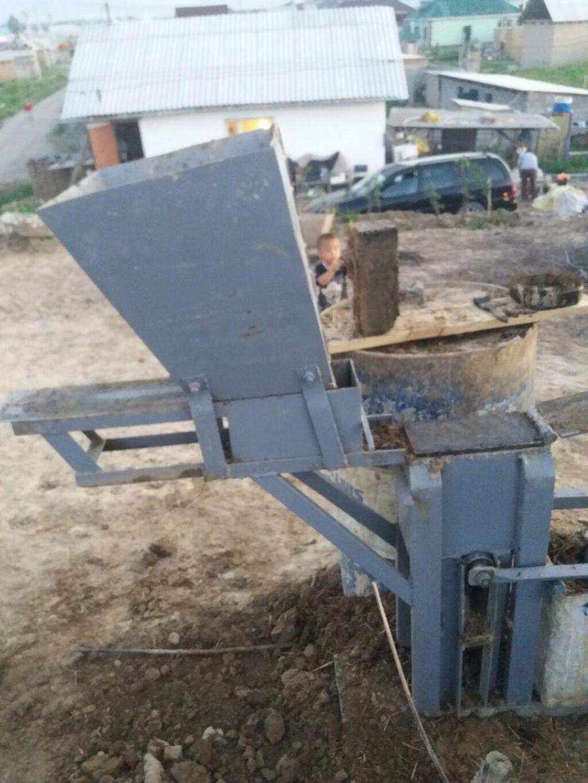 Продаю кирпичный станок размер стандарт 10/12/25размер можно менять до 7 см в день можно до 1000 кирпичей заливать