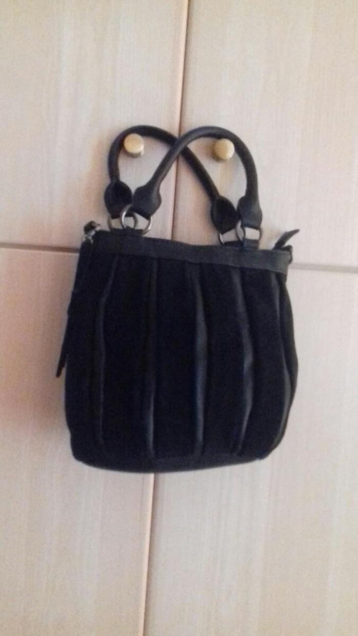 Δερμάτινη τσάντα μικρού μεγέθους, διαθέτει και αποσπώμενο λουράκι, αφόρετη