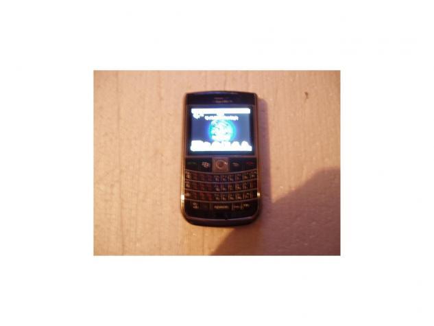 Blackberry b9630i+ kinez dual sim baterija odlicna cita sve kartice ali ima problem koji ja ne znam da resim naime prima poziv cuje se odlicno sms mms kamera