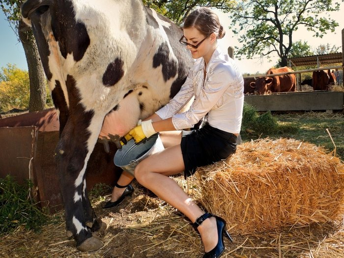 Секс прямо на ферме доярку и трахнул думаю