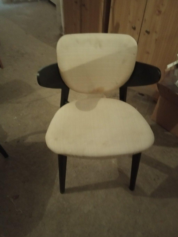 Δυο καρέκλες άσπρο ύφασμα και μαύρη απόχρωση ξύλου από 19€ η μια