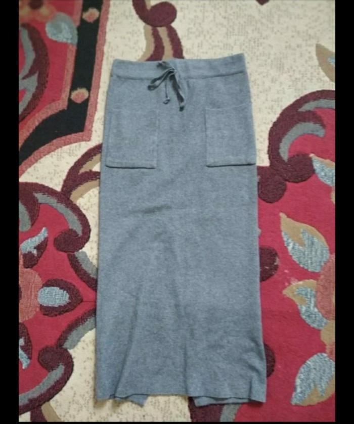 Тонкая трикотажная юбка с карманами