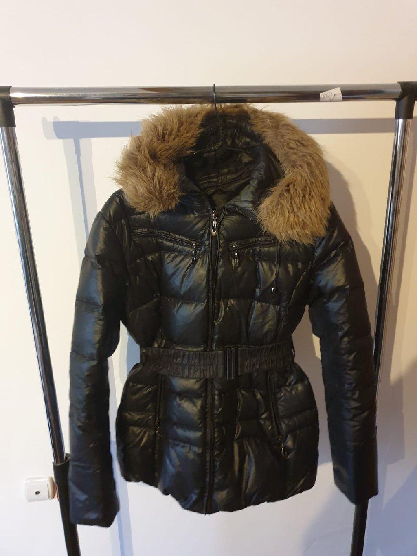 Prodajem dobro ocuvanu strukiranu zimsku jaknu sa kapuljacom