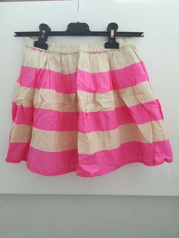 Prelepa suknja širi se prema dole vel  12, obim struka bez istezanja 46 cm, dužina 30 cm, nošena ali očuvana