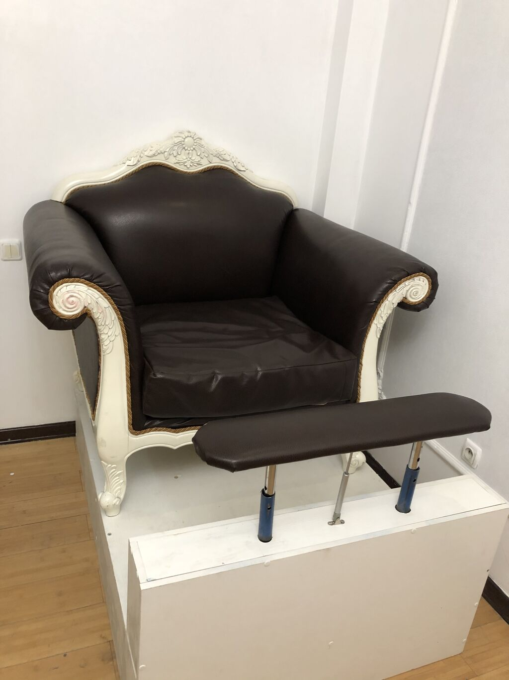 Продаю срочно! Педикюрное кресло, очень удобное, комфортно для клиентов