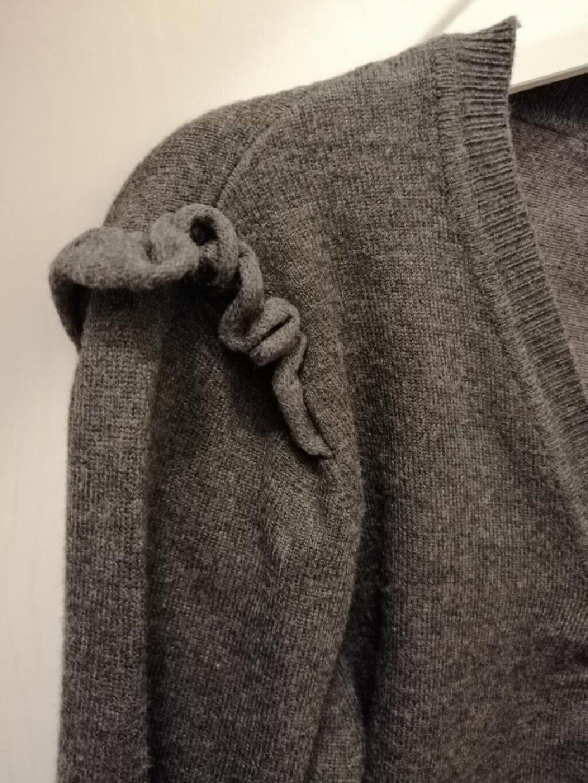 Džemper-tunika sa diskretnim karnerima na ramenima, na rubovima prožet srebrnim nitima koji daju dozu elegancije