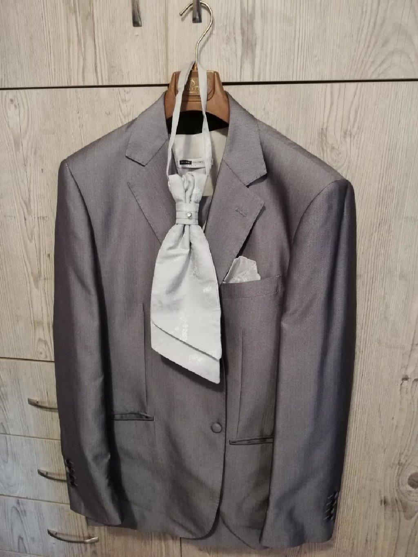 Πωλείται ανδρικό κοστούμι γάμου XL μαζί με γιλεκο, γραβατόνι και μαντήλι άριστης ποιότητας!