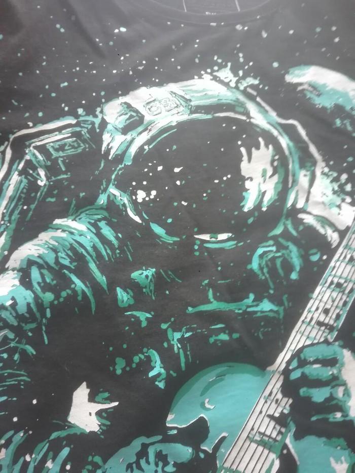 Μπλουζα με γαλαζιο σχεδιο αστροναυτη που παιζει κιθαρα. Photo 1