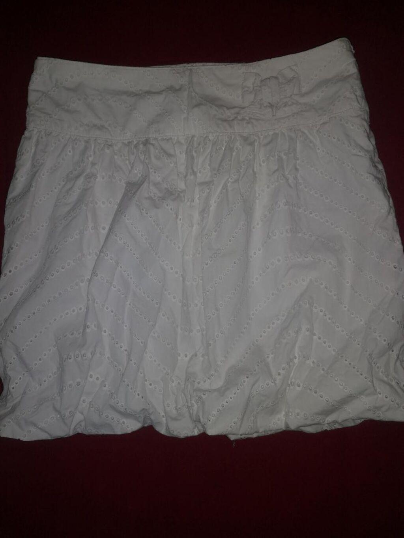 Suknja nova, bela letnja, nova ne koriscena, sa rupicama, velicina xs-s