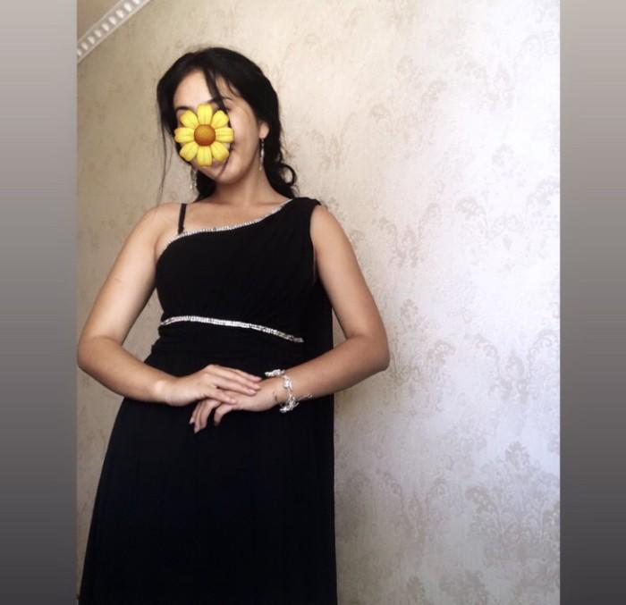 Продаю платье со шлейфом от плеча размер м . Photo 1
