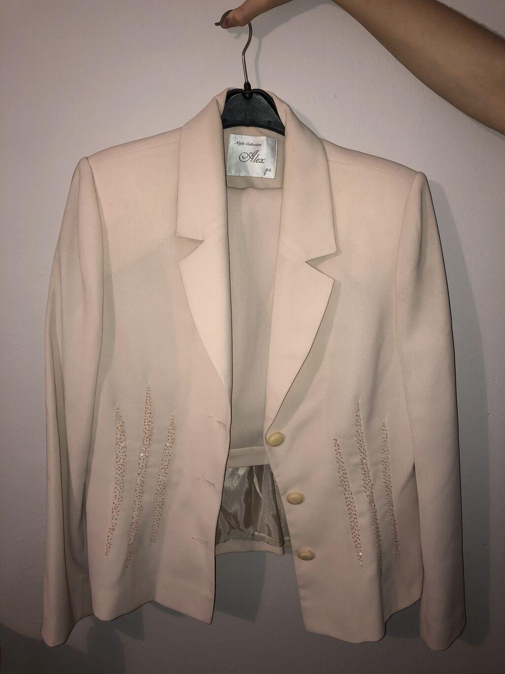 Komplet sako i suknja, velikčina 44, cena 2000, jednom nošeno, dobro očuvano, uz kupovinu ovog kompleta besplatna mirisljava kesica za plahar i 15% popusta na sledeću kupovinu