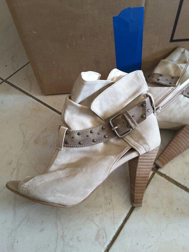 Παπούτσια ελάχιστα φορεμενα  Σε κάποια σημεία έχει σημαδια που δε φαίν σε Ξάνθη