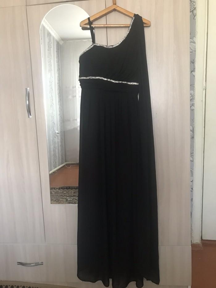 Продаю платье со шлейфом от плеча размер м . Photo 4