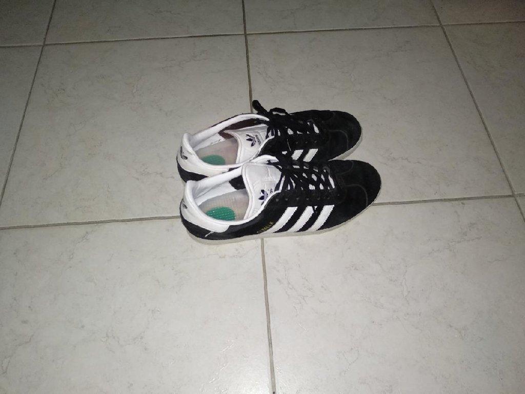 Sneakers Adidas gazelle σε τέλεια κατάσταση νούμερο 45 μεταφορές σε όλη την Ελλάδα με ΕΛΤΑ αν ενδιαφέρεστε στείλτε μήνυμα ή πάρτε με τηλέφωνο!