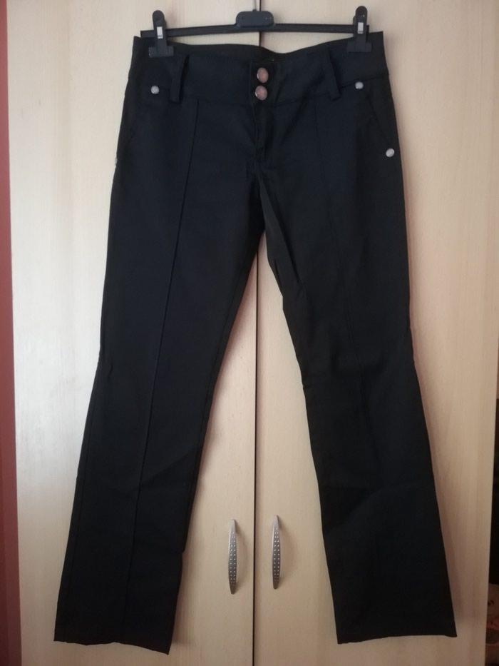 Crne zenske pantalone, ravnog kroja pise broj 42 ali odgovara broju farmerki 30