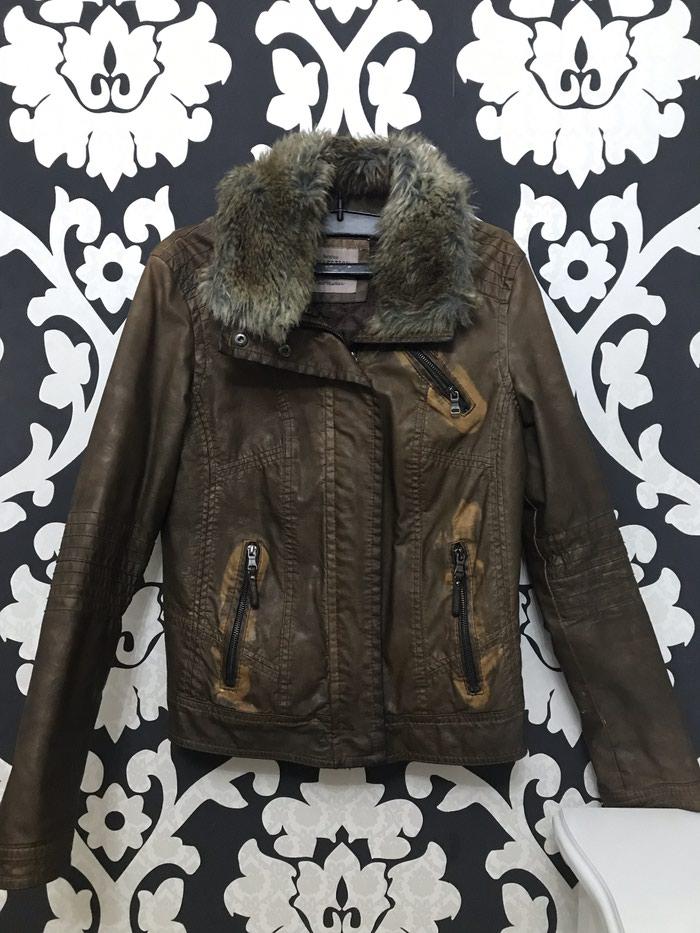 Ženske jakne - Stara Pazova: BERSHKA jakna, veštačka koža, krzno može da se skida, minimalna oštećenja na rukavu i sa unutrašnje strane sto se vidi na fotografijama
