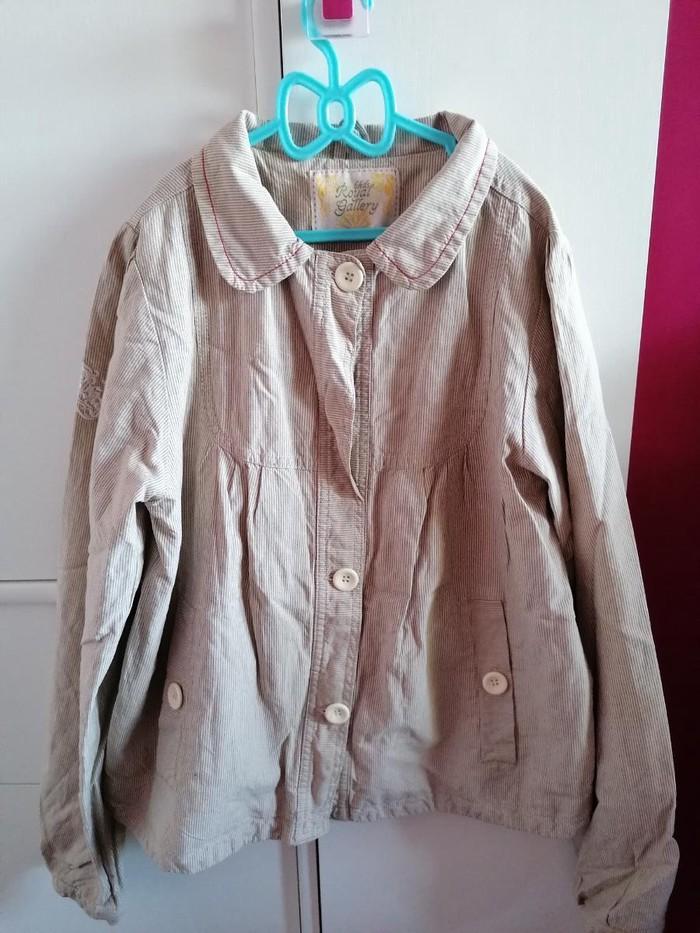Beba Kids vel 12 prolećna jakna\sako, pamucna postava, lepa krem boja, nije nosena baš kvalitetna i lepo očuvana, napred jedno dugme fali i zbog toga je cena snizena