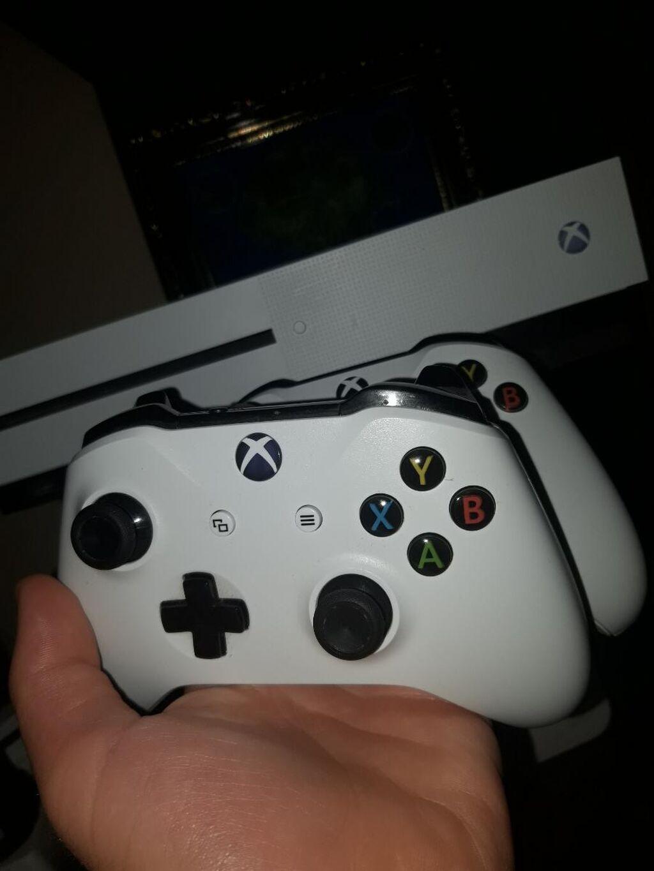 Xbox One S με 2 χειριστήρια  Για πληροφορίες επικοινωνήστε μου!