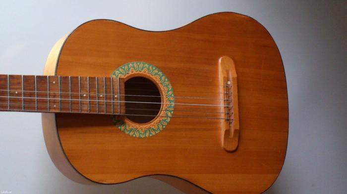 Bakı şəhərində Akustik gitara