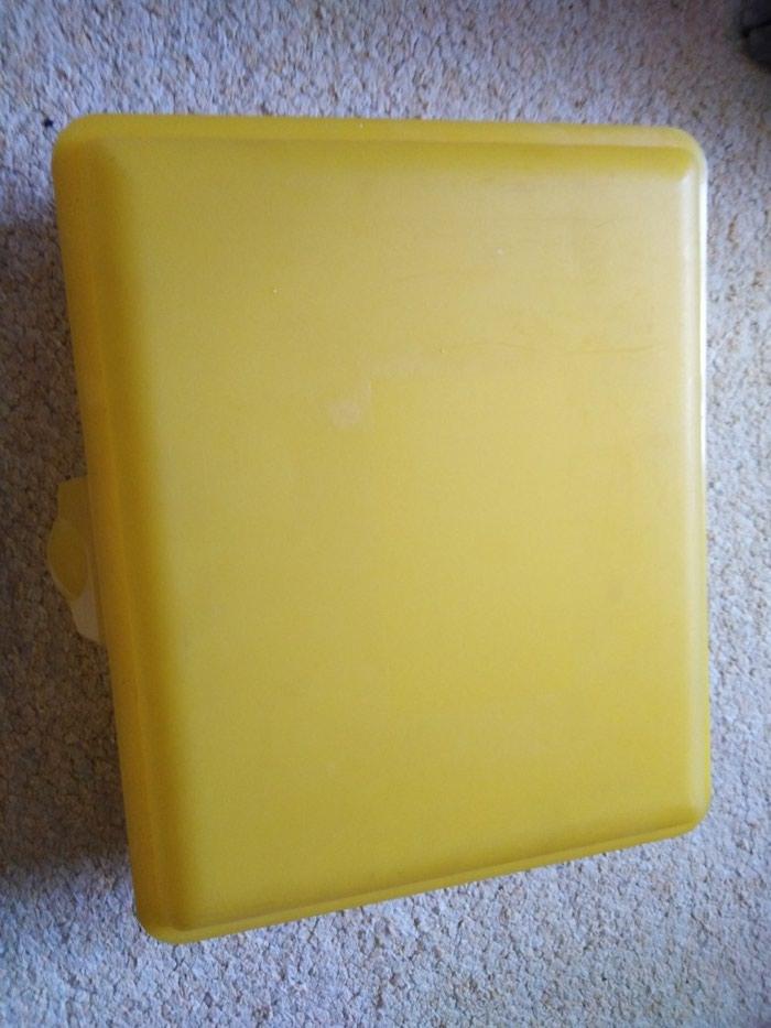 Plasticna kutija sa poklopcem. Photo 0