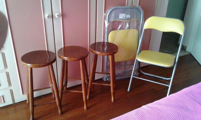 3 ξύλινα  σκαμπό  και 2 πτυσομενες  κίτρινες καινούργιες  καρεκλες   σε Νέα Σμύρνη