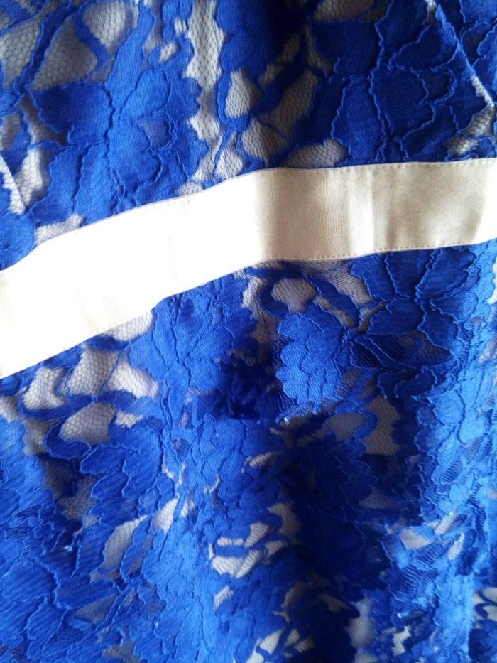 Μπλε φόρεμα με δαντέλα με χρυσές λεπτομέρειες.queen fashion no medium. Photo 3
