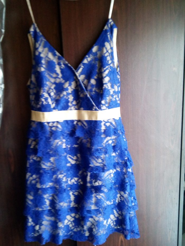 Μπλε φόρεμα με δαντέλα με χρυσές λεπτομέρειες.queen fashion no medium. Photo 0