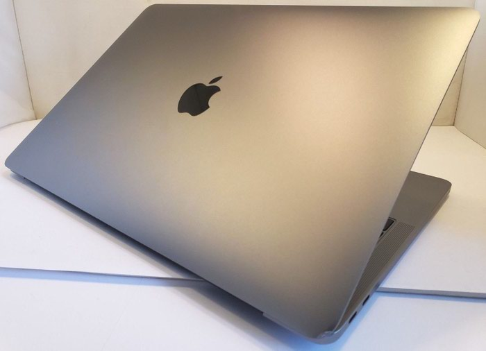 APPLE Macbook Pro (Early 2017) . Photo 2