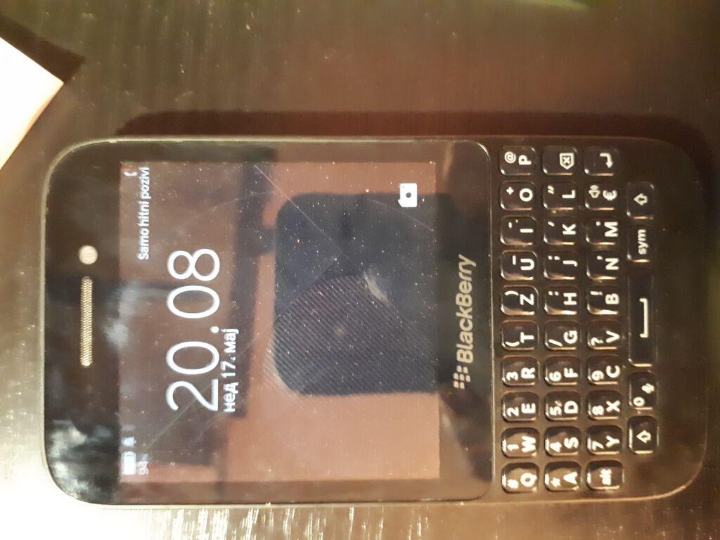 Black Berry Q5  ispravan mobilni telefon sa minimalnim vidljivim znacima koriscenja