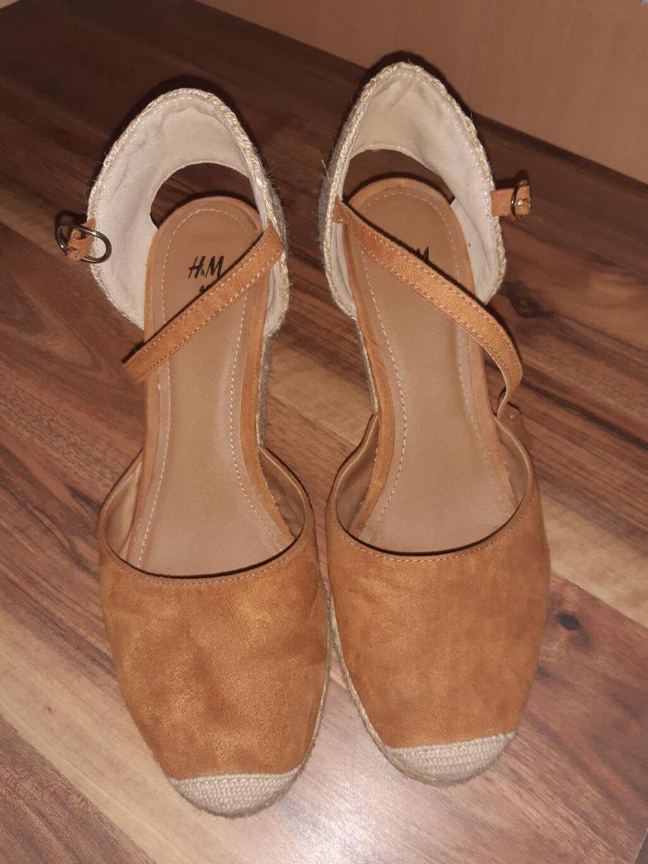 Odlicno ocuvane H & M letnje zatvorene sandale na punu petu